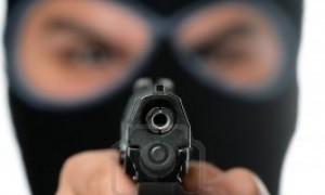 8347792-eine-bose-aussehenden-mann-mit-einer-ski-maske-zeigt-eine-schwarze-pistole-auf-den-betrachter-funkti_300x300_scaled_cropp