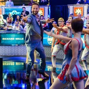 Cirque du Soleil dancers introduce Daniel Negreanu