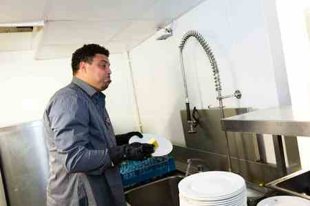Ronaldo Forefit - Cleaning The Dishes_19nov14-thumb-450x300-245528