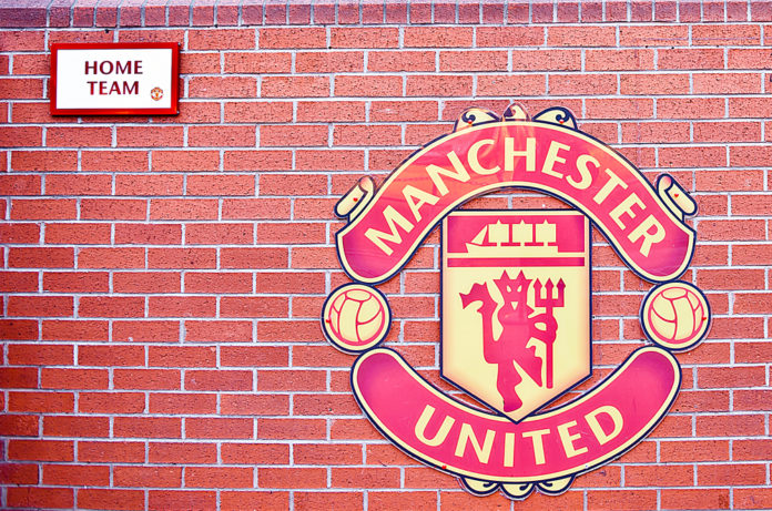 manchester_united_wappen_am_stadion-696x461
