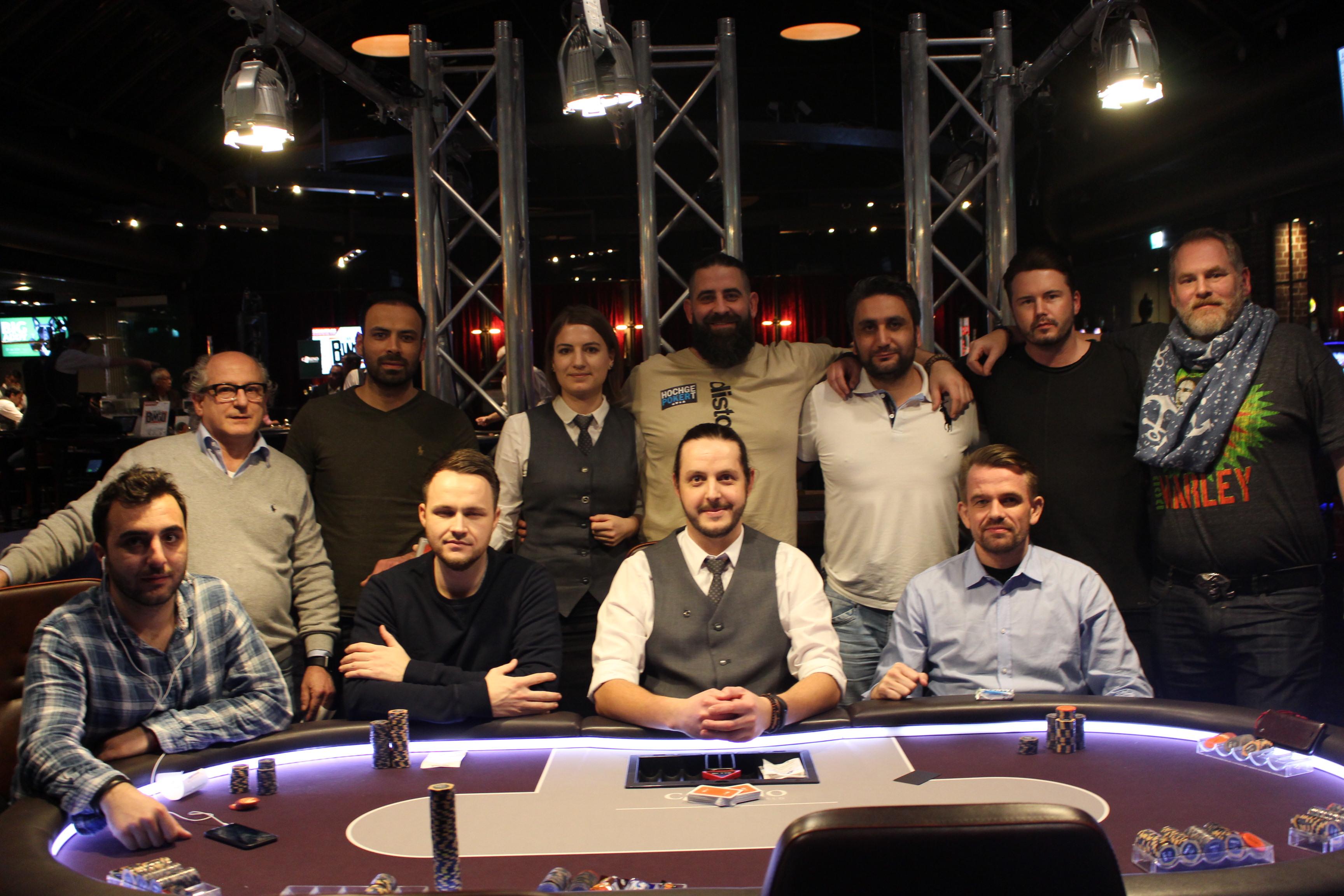 Die neun Finalisten des Bounty-Turniers mit den beiden Dealern Ela Wassman und Adrian Brown