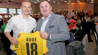 Fußball-Profi Sebastian Rode spendet sein Trikot.